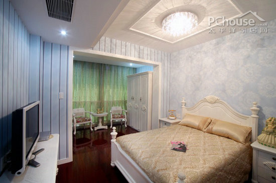 """卧室设计   床头墙用白色浅花图案与淡蓝色竖线条的电视背景墙相映衬,显得""""矮墙不矮,小卧不小""""的心理感觉。"""