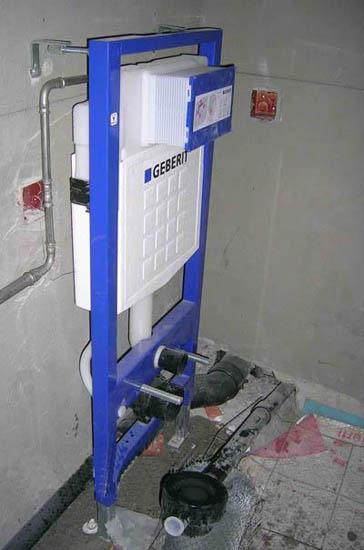 然后安装排水管,管道短管必须大于φ90,以防堵塞;最后安装假墙和