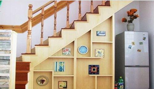 楼梯下的柜子体现出良好的收纳性.