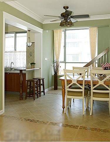 餐厅白色的墙裙,餐厅地面瓷砖的铺设方式与过道有所不同图片