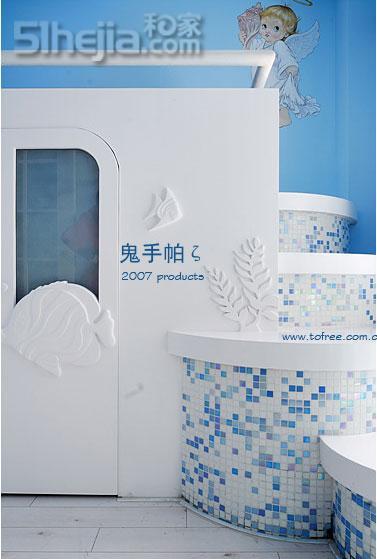 儿童房的主题是海洋世界,蓝色的马赛克装饰楼梯,墙壁和门上是鱼和海草
