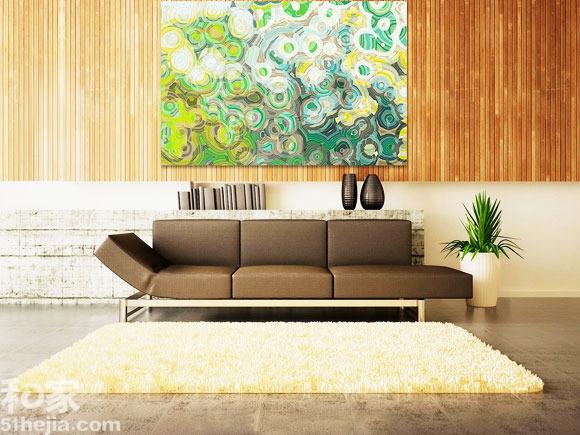 整个客厅的布置氛围,所以蓝绿色就很应景的充当了沙发背景墙上的装饰.