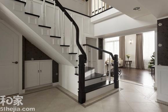 """复式公寓楼梯设计 视""""梯""""为全案主轴线,往两侧延伸出接待区与餐厅、厨房区域,以道地的美式概念,挑空拥有斜屋顶的空间,纽约式的配色,柔和藤色衔接白色为接待区的主视觉,单纯做为接待亲朋好友聚会、聊天的公共空间,以壁炉做为美式设计的重心,并保留原屋倾斜的天花造型,不刻意让它对称,而是以自然原始的面貌呈现;家饰上,均展现古典风的细腻刻划与温馨感受,不张扬的配置手法,反映不受时间影响的美学内涵。 推荐阅读"""