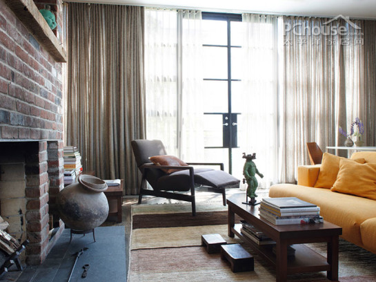 编辑首推空间:欧式古典风情客厅     推荐理由:大型落地窗