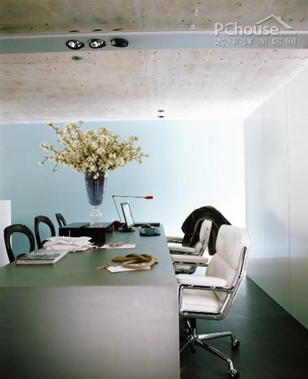 设计重点:会议室设计   编辑点评:会议室采用极简的造型及色彩