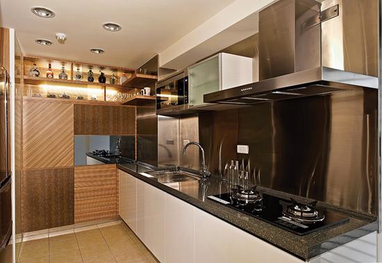 厨房-相同的木纹材质进入厨房空间,设计师则以斜贴,横贴,创造视感律动