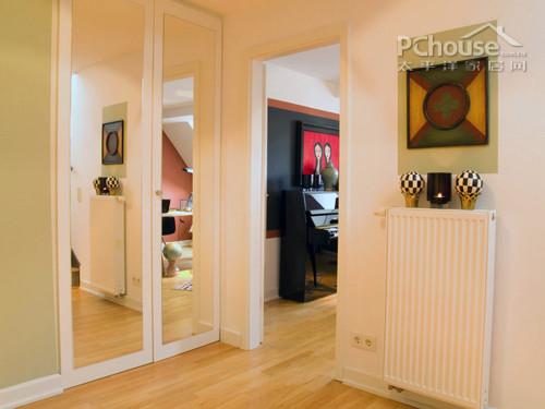 设计重点:艺术走廊         编辑点评:过道转角处挂有一副