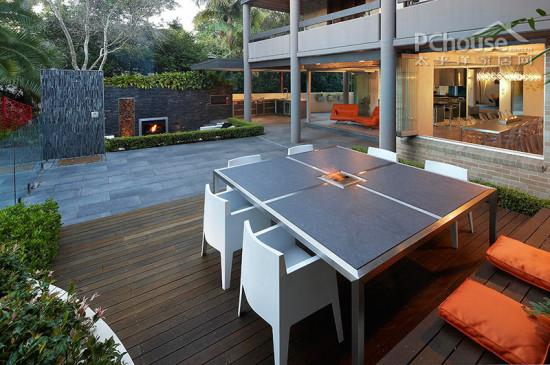户外餐厅   设计重点:户外餐厅   编辑点评:这是一个空间内的空间,它包括了室外厨房和食物准备区。一个额外的户外餐厅另一方面还是花园的围墙,微创式桌椅和地上盛开绿化卫士,一个壮观的沉船休息室统统尽收眼底。