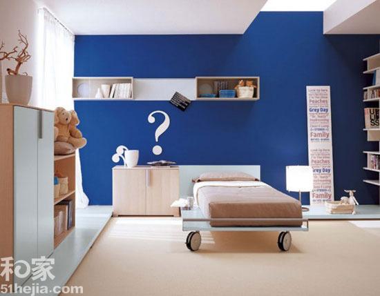 12个手绘背景墙 创意墙面居室美学 大大的问号位置特别,家居趣味感强烈,白色的手绘在蓝色墙面上更为醒目。整个室内属于普通的儿童房基本陈设,大大小小的收纳空间让室内更为干净开阔,大大的问号视觉吸引力强烈,墙面不单调。