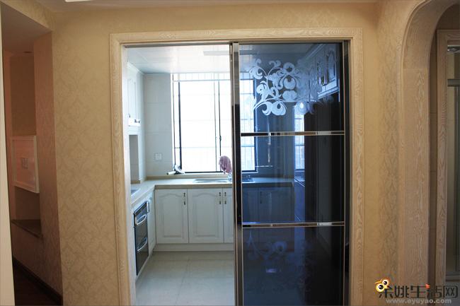橱柜白色的欧式橱柜,让厨房显得格外清爽.