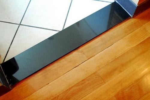 什么是門檻石    門檻石常用于在廚房,衛生間地面和客廳鋪設,解決兩