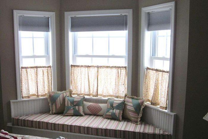 二、窗户不包窗套怎么处理 不过很多家庭觉得包窗套没有太大的意义,特别现代简约风装修,若是窗套色彩没有选对的话,会与整体风格不协调,反而显得更加突兀。有的朋友会有顾虑,不包窗套会不会影响后期使用呢?其实不会的,比如说窗户选用双层中孔玻璃,只要做好边角处理下雨漏水的可能性不大。