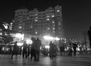北京一小区广场夜夜上演广场舞 居民大呼受不了
