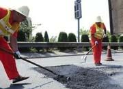 高速公路养护烈日下作业 地上沥青超100℃