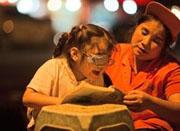 单身环卫妈妈路灯下辅导女儿 女儿称能省电费