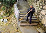 老人义务养护山路12年 每年至少半年时间呆山里