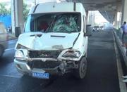 面包车撞上绿化养护车 洒水师傅肋骨断了两根