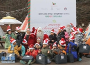 """韩国""""圣诞老人""""向贫困家庭孩童送礼物表温暖"""
