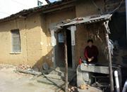 湖北农民花百万元欠债修路建桥 村民:他是神经病