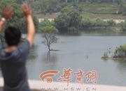 西安男子河里一口气救起5人 事后未留姓名(图)