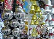 圣诞饰品普遍不耐高温 烟头丢进圣诞树2分钟就冒烟