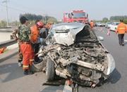 轿车司机犯困致追尾养护车 整个车头都撞没了