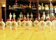 杭州老人家藏五大洲2300个酒瓶 梦想办个展览