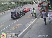 奔驰涉嫌违章被拦下 女司机猛扇执法人员耳光