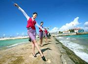 南沙永暑礁新建机场启用 中国空姐登岛拍照