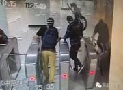 3名外籍男扛自行车逃票进上海地铁 用英语骂人