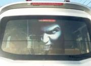 汽车后窗贴纸近来很流行 交警:建议不要张贴