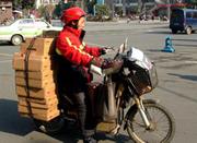 宁波快递员月薪过万只是传说 高峰期工作得指甲痛