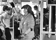 红衣男子公交车上热舞引围观 网友:太想红了(图)