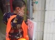 2岁萌娃捡垃圾照片火遍朋友圈 家长:并非作秀