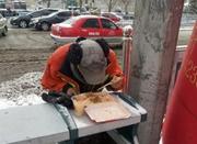 环卫工人雪中用餐暖人心 被抓拍意外成