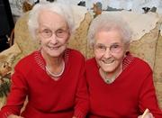 英双胞胎姐妹花共庆百岁生日 称努力工作使其长寿