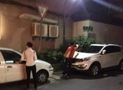 杭州一对男女深更半夜游荡街头 对挪车电话拍照