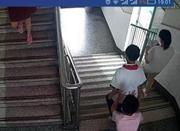 12岁少年将同学推下楼梯 家长称并非校园暴力