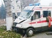 雾霾弥漫视线差救护车撞树上 车内患者身亡