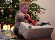 """英国4岁男孩天生没右手 圣诞获赠""""钢铁侠""""义肢"""