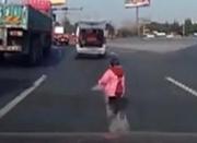 粗心妈妈开车未察觉落下儿子 7岁娃追车跑2公里