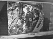 """女子公交遭贼手 乘客心急离开求""""搜身""""证清白"""