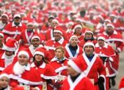 """德国小镇举行""""圣诞老人""""赛跑活动 近千人参加"""
