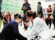 肺癌患者门诊大楼昏倒 护士跪地口吸血痰抢救