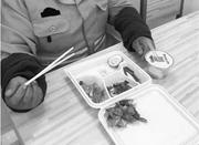 购价值20元的快餐供环卫工人免费吃 钱老板获赞