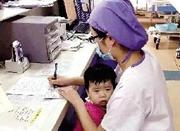 小女孩不停哭闹 90后护士抱孩子工作暖哭网友