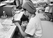中国护士数量缺口达几百万 薪酬低导致留不住人