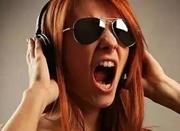 连看电影或熬夜追剧会致耳聋 这习惯你可能也有