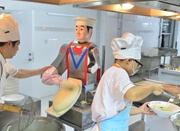 刀削面机器人亮相青岛一高校食堂 师生争相尝鲜