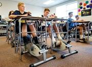 美国教师为防学生开小差课桌下安装自行车脚踏板